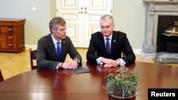 Президент Литвы Гитанас Науседа и директор департамента государственной безопасности Литвы Дарюс Яунишкис (архивное фото)