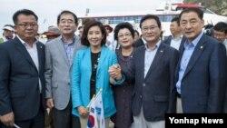 광복절인 15일 새누리당 나경원(왼쪽 세번째) 의원을 단장으로 하는 '국회 독도방문단' 의원 10명이 독도를 방문하고 있다.