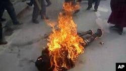 一名藏人在街边自焚