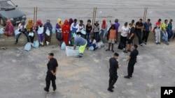 Di dân chờ tại cảng của Lampedusa để lên tàu đến Sicily, nơi họ sẽ được đưa đến các trại khác