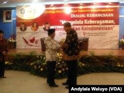 Mantan Presiden BJ Habibie dan Susilo Bambang Yudhoyono berfoto bersama dalam dialog kebangsaan Lembaga Ilmu Pengetahuan Indonesia Kamis 15 Agustus 2017 (foto: VOA/Andylala Waluyo)