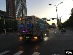 2020年6月中旬,新一波新冠疫情来袭北京。一辆环卫车当月14日在长安街洒水清扫。(美国之音叶兵拍摄)