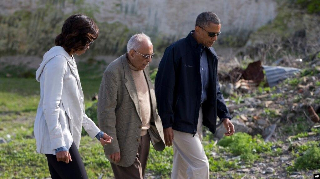 Le président Barack Obama et la première dame Michelle Obama se rendent avec Ahmed Kathrada à Robben Island en Afrique du Sud le 30 juin 2013, .