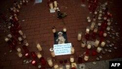 Las velas que recordaron a Julen, el niño rescatado después de caer en un pozo, se encuentran en el pavimento de Málaga.
