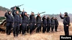 Soldados norte-coreanos em manobras militares (Março 2013)