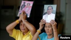 10일 태국 방콕 시리라지 병원 앞에 모인 시민들이 푸미폰 아둔야뎃 국왕의 초상화를 들고 회복을 기원하고 있다.
