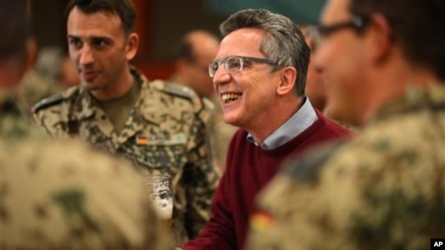 12일 아프가니스탄을 방문한 토마스 데 마이치에르 독일 국방장관(가운데).