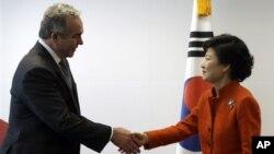 지난달 16일 미국 정부 대표단을 이끌고 서울을 방문한 커트 커트 캠벨 미 국무부 차관보(왼쪽)와 박근혜 한국 대통령 당선인.