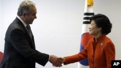 지난 16일 한국을 방문한 커트 커트 캠벨 미 국무부 차관보(왼쪽)가 박근혜 한국 대통령 당선인을 접견했다.