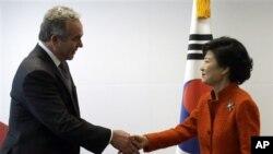 16일 한국 서울에서 미국 정부 대표단을 이끄는 커트 커트 캠벨 미 국무부 차관보(왼쪽)와 접견한 박근혜 한국 대통령 당선인.