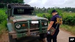 La police inspecte un véhicule à un poste de contrôle militaire où une bombe a explosé à Lamitan, dans la province de Basilan, dans le sud des Philippines, le 31 juillet 2018.