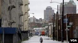 Beberapa daerah di pantai Timur AS, termasuk Brooklyn, di New York masih harus menghadapi masalah banjir setelah berlalunya badai Irene (28/8).