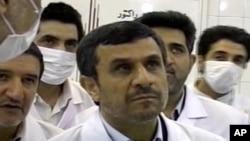 從伊朗電視台截圖顯示﹐總統艾哈邁迪內賈德觀看報導所稱的將20%濃度的濃縮鈾燃料棒放入德黑蘭一個老舊的核反應堆內的實況。