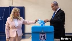 베냐민 네타냐후 이스라엘 총리와 사라 여사가 17일 이스라엘 예루살렘의 투표소에서 총선투표를 하고 있다.