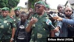 Le porte-parole de l'armée de la RDC, le gén. Leon-Richard Kasonga annonçant le début de la chasse aux rebelles à Beni, Nord-Kivu, RDC, le 31 octobre 2019. (VOA / Erikas Mwisi)