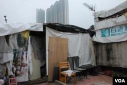 阿美與一對兒女住在九龍土瓜灣類似這樣的天台屋(美國之音湯惠芸)