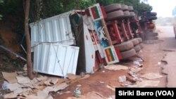 Un véhicule s'est renversé à cause de l'état de la route entre Katiola et Tarifé, en Côte d'Ivoire, le 15 juin 2017. (VOA/Siriki Barro)