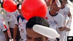 Warga Jakarta mengenakan aksesori balon kondom pada saat memperingati Hari AIDS sedunia (foto: dok). Tak seperti di Indonesia, diskusi tentang masalah kontrasepsi masih tergolong tabu di Pakistan.