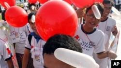Para aktivis di Jakarta membawa balon-balon dari kondom pada peringatan Hari AIDS Sedunia (foto: dok).