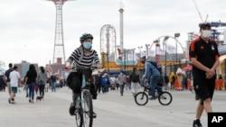 Taman bermain di Coney Island , New York.