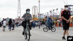 Жінка на велосипеді у Нью-Йорку