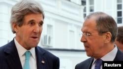 Menlu AS John Kerry (kiri) berbincang dengan Menlu Rusia, Sergei Lavrov (foto: dok). Rusia menyudahi perjanjian perdagangan militer dengan Amerika.