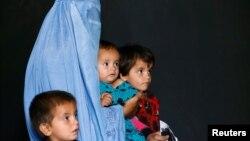 一个从巴基斯坦返回阿富汗的家庭在联合国难民署(UNHCR)观看一个矿物爆炸及保护措施的视频(2016年9月27日)