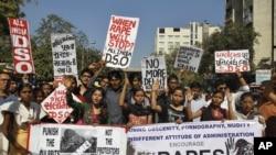 24일 인도 아마다바드에서 최근 발생한 성폭행 사건에 항의하는 시위대