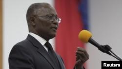 ຜູ້ສະໝັກເປັນປະທານາທິບໍດີ ຮັກສາການ ທ່ານ Jocelerme Privert ກ່າວຄຳປາໄສ ຕໍ່ຄະນະກຳມາທິການ ພິເສດ ຂອງສອງສະພາ ຫຼື Special Bicameral Commission ສຳລັບການເລືອກຕັ້ງເອົາປະທານາທິບໍດີ ຮັກສາການ ສາທາລະນະລັດ ຢູ່ໃນລັດຖະສະພາເຮຕີ ທີ່ນະຄອນຫຼວງ Port-au-Prince ຂອງເຮຕີ, ວັນທີ 13 ກຸມພາ 2016.