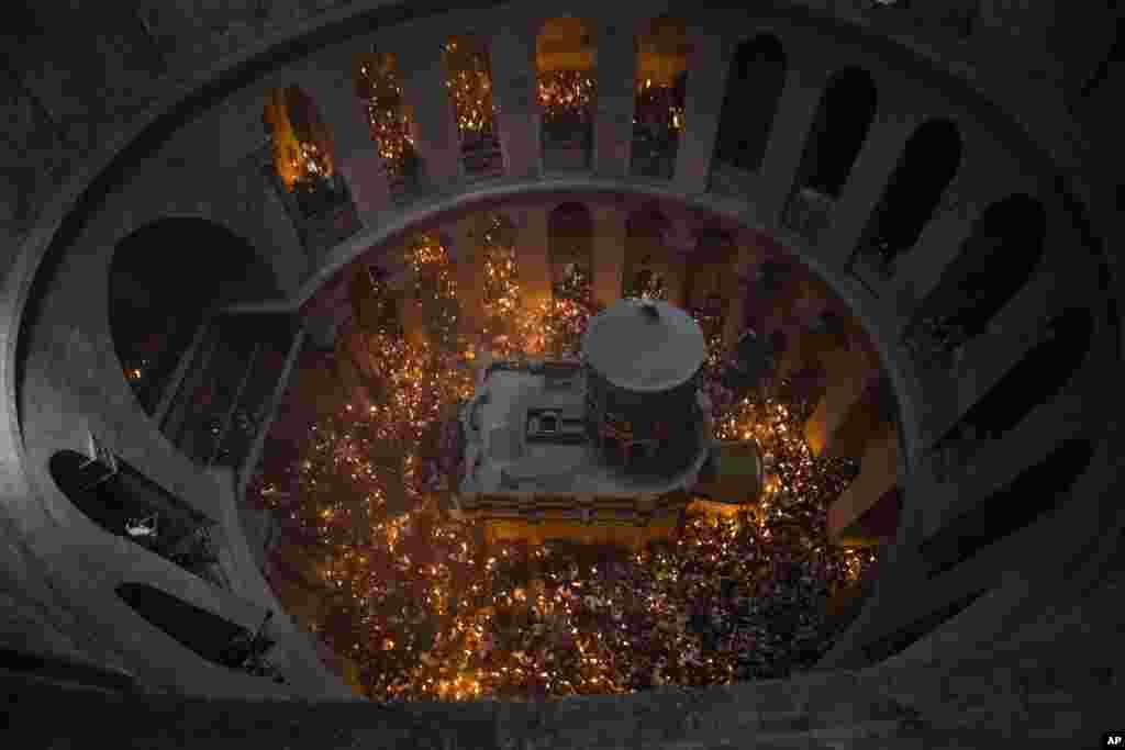 អ្នកដើរព្យុះហយាត្រានៃសាសនាគ្រិស្តអុជភ្លើងទៀននៅក្នុងកម្មវិធី Holy Fire នៅព្រះវិហារ Church of the Holy Sepulchre ដែលអ្នកគោរពសាសនាគ្រិស្តជាច្រើនជឿថា ជាកន្លែងដែលព្រះយេស៊ូស្ថិតនៅលើឈើឆ្កាង និងកន្លែងដែលគេបញ្ចុះសពទ្រង់ នៅក្នុងក្រុងហ្ស៊េរុយសាឡិម កាលពីថ្ងៃទី៧ ខែមេសា ឆ្នាំ២០១៨។