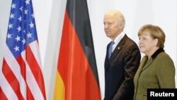 1일 독일 베를린에서 앙겔라 메르켈 독일 총리(오른쪽)와 만난 조 바이든 미국 부통령.