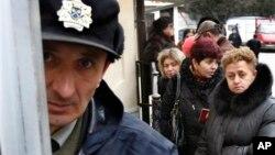Граждане Грузии стоят в очереди за получением российской визы у посольства РФ в Тбилиси. 22 марта 2012 г.