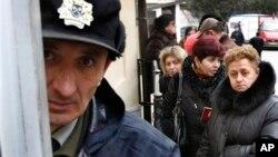 Очередь в консульство Швейцарии на получение российской визы. Тбилиси. 12 марта 2012 г.
