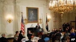 Trong cuộc họp với các thống đốc tiểu bang tại Tòa Bạch Ốc, Tổng thống Obama yêu cầu các thống đốc thảo luận tình hình với các nhà làm luật; ông nói các thống đốc đều hiểu rằng cần phải thỏa hiệp để làm được việc, ngày 25/2/2013.