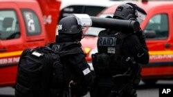 Les membres du RAID, police d'élite de France, quittent l'aéroport d'Orly, au sud de Paris, 18 mars 2017.