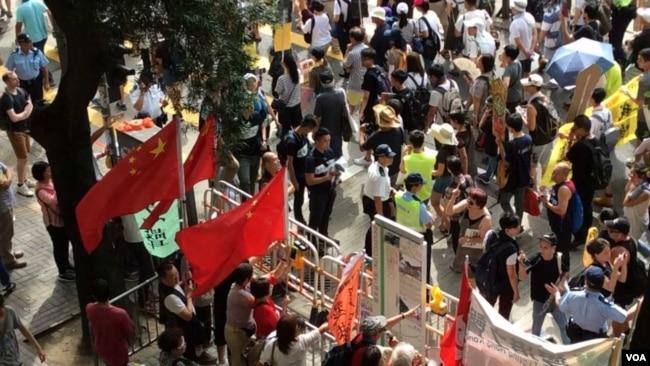 亲北京团体和游行队伍隔空对呛