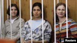 """Tiga musisi """"Pussy Riot"""", Nadezhda Tolokonnikova (tengah), Maria Alyokhina (kanan) dan Yekaterina Samutsevich, ditangkap karena menggelar konser anti-Putin di gereja Katedral, Moskow Februari lalu (foto: dok)."""
