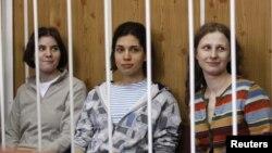 Tiga anggota band punk perempuan Rusia, Pussy Riot, dari kiri: Yekaterina Samutsevich, Nadezhda Tolokonnikova dan Maria Alyokhina hadir di pengadilan Moskow (foto: dok).