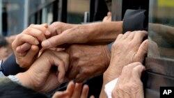지난 2015년 이산가족 상봉행사 당시 이산가족들이 손을 놓지 못하며 이별을 아쉬워하고 있다.