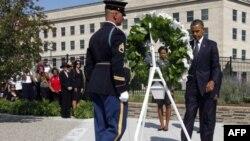 Pentagon'daki 11 Eylül anıtında çelenk koyan Başkan Barack Obama ve eşi Michelle