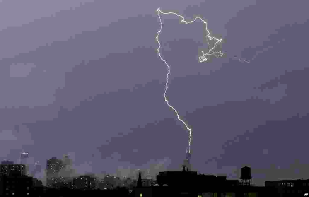 A bolt of lightening strikes near the top of the Willis tower in downtown Chicago, Illinois, June 30, 2014.
