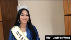 Miss Indonesia 2018 Alya Nurshabrina dalam wawancara di Jakarta mengatakan kerja sosialnya kerap seputar pendidikan, seni, dan lingkungan. (Foto: VOA/Rio Tuasikal)