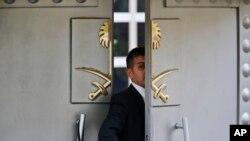 2018年10月9日,一名保安走进沙特阿拉伯驻伊斯坦布尔领馆。