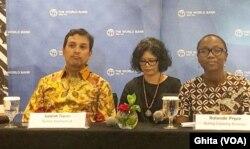 """World Bank Acting Country Director untuk Indonesia Rolanda Pryce (kanan) dalam konferensi pers Laporan Bank Dunia """"Aspiring Indonesia: Expanding the Middle Class"""", di Jakarta, Kamis (30/1) (Foto: VOA/Ghita)"""