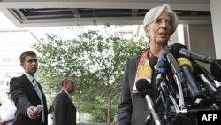 Крістін Лаґард звертається до журналістів перед будинком МВФ у Вашингтоні