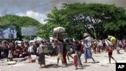 Warga muslim dipindahkan ke wilayah yang lebih aman di Sittwe, ibukota propinsi Rakhine, Burma (Foto: dok). Para pejabat Burma mengatakan korbam kekerasan etnik di negara itu telah melampaui jumlah 100 orang.