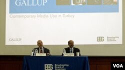 Uluslararası Yayın Kurumu'nun (IBB) izleyici alışkanlıklarını inceleyen biriminin müdürü William Bell ve Gallup Bölgesel Araştırmalar Müdürü Rajesh Srinivasan