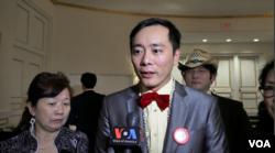 华裔北美川普助选团团长王湉接受美国之音采访(美国之音莫非拍摄)