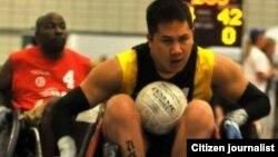Timothy ວິໄຊ ກຳລັງຫລີ້ນກິລາ wheelchair rugby