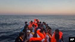 7月21日,在地中海上發現一艘座滿利比亞移民的木船。